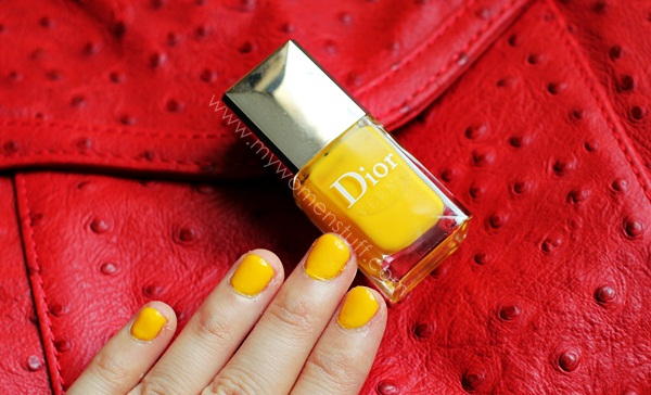 dior acapulco vernis2 Going Loco with Dior Acapulco : Bright, Sunny Neon yellow nails